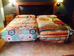 desigual fotos habitaciones 7 300x225 El Hotel Rural Restaurante La Façana se viste de Desigual   Disfrutadla con estas fotos